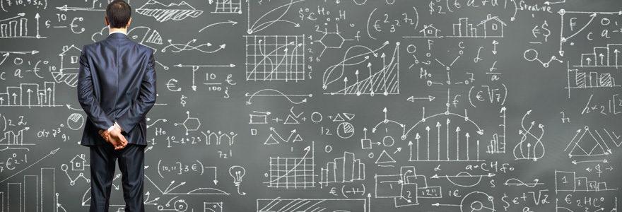 data scientist devant un tableau de données
